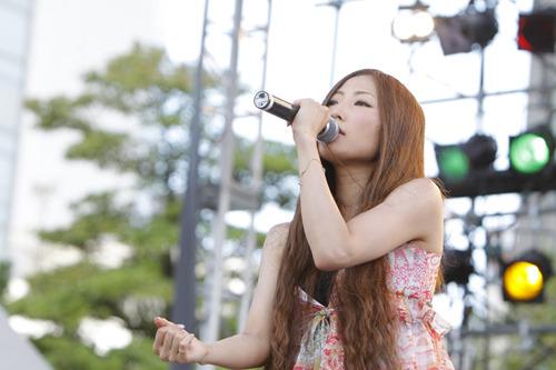 『TBC夏まつり2010』で新曲「ヒカリ」をライヴ初披露したTiara (c)Listen Japan