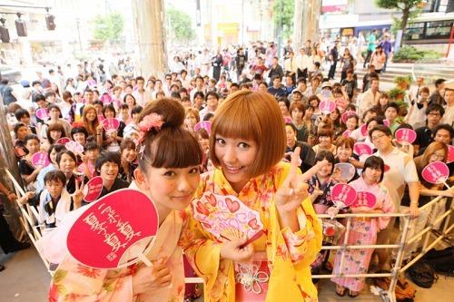 近藤夏子が渋谷でフリーライブ、人気読者モデル武智志穂(写真左)がゲスト出演 (c)Listen Japan