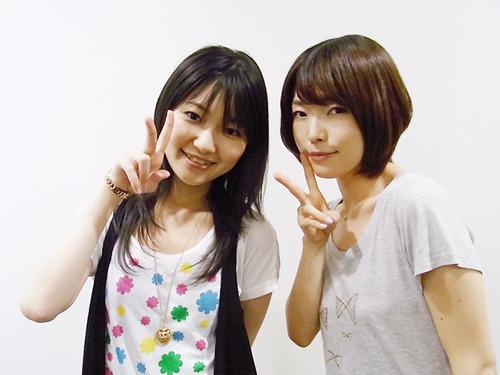 「井ノ上奈々のメモオフラジオ」より、井ノ上奈々さん(左)、鹿野優以さん(右) (C)2010 5pb. Inc./CYBERFRONT