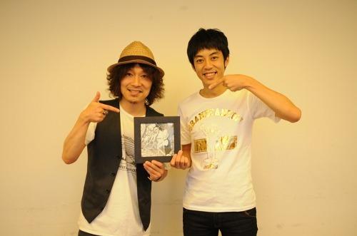 ジュンスカの宮田和弥と、お笑いコンビ・キングコングの西野亮廣 (c)Listen Japan