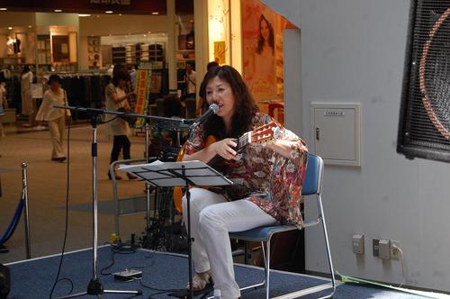 イオンモール福岡でインストア・ライヴを開催した主婦シンガー智子 (c)Listen Japan
