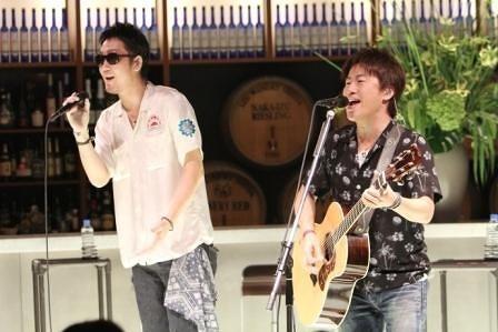 東京・渋谷でリリース記念イベントを開催したコブクロ (c)Listen Japan
