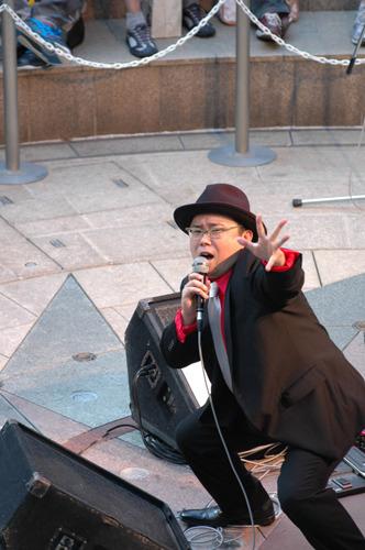 「サンレッド」のお膝元、川崎で熱唱するmanzo (c)ListenJapan