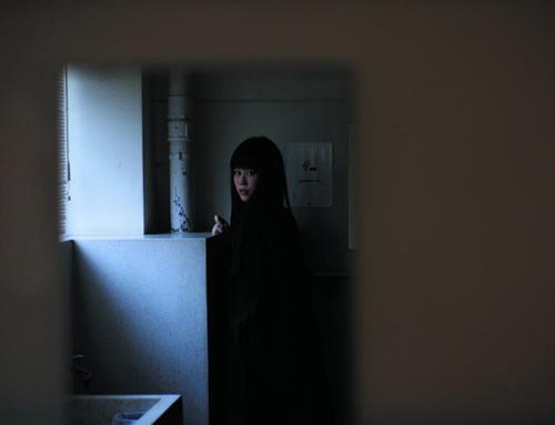 やくしまるえつこ新曲「COSMOS vs ALIEN」が「荒川アンダー ザ ブリッジ×2」OP曲に (c)Listen Japan