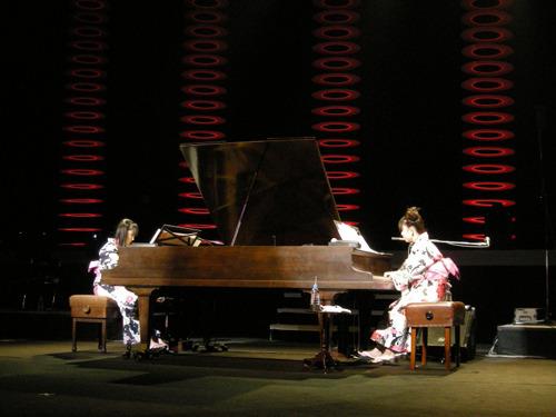 浴衣姿でダブルグランドピアノを演奏する牧野由依(写真右) (c)ListenJapan
