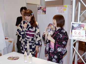 浴衣姿でお渡し会を行った小暮英麻さん・小野涼子さん (C)2010 AQUAPLUS/TH2Vad Works