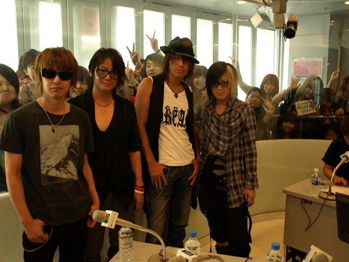 TOKYO FMの渋谷スペイン坂スタジオに登場したGLAY (c)Listen Japan