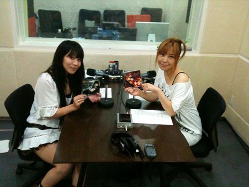 「Radioなおしゃべる。」収録風景(左:nao、右:榊原ゆい) (c)ListenJapan