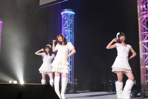 イベントでデビュー曲を披露したLISPの3人 (c)ListenJapan