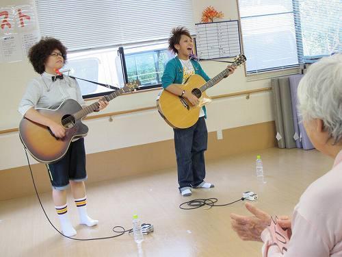 兵庫県で出張ライヴを行った札幌出身のアコースティック・デュオ、ひいらぎ (c)Listen Japan