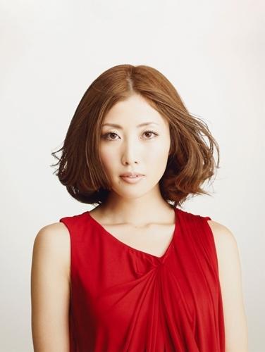 新曲PVで自らハサミを入れて自慢のロング・ヘアを切ったTiara (c)Listen Japan