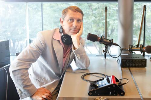 ジャイルス・ピーターソンがアートイベント会場でラジオに生出演 (c)Listen Japan