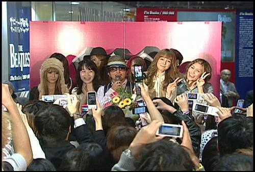 KGにアルバム・リリース記念インストアライブに共演者が駆けつけた (c)Listen Japan