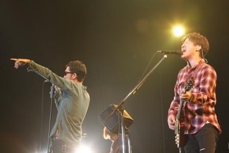 青山学院大学でライヴを行ったコブクロ (c)Listen Japan