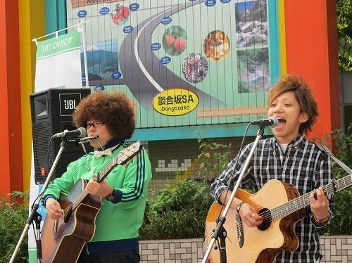 札幌出身のデュオ、ひいらぎ (c)Listen Japan