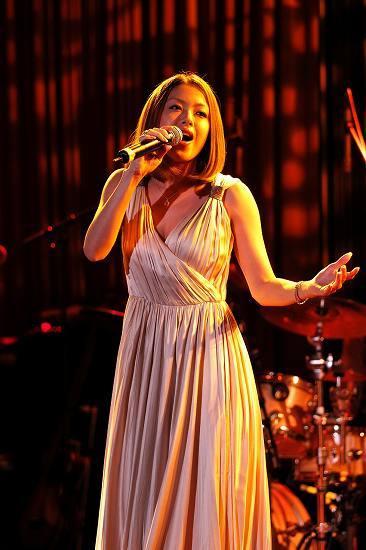 新曲「守ってあげたい」のリリースにあわせ女性限定イベントを開催した伊藤由奈 (c)Listen Japan
