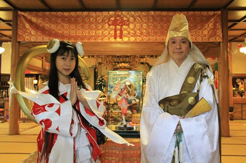 了法寺の中里住職(右)と、とろ美さん (c)ListenJapan