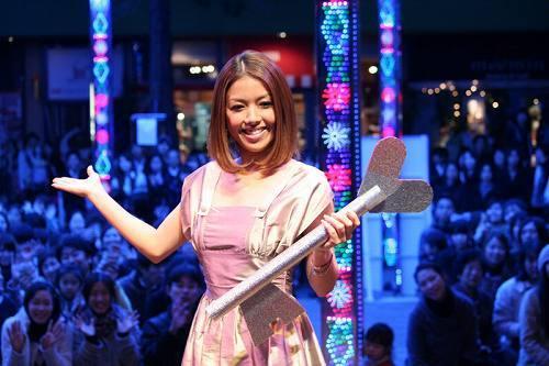 東京ドームシティ・ラクーアガーデンステージでイルミネーション点灯式に参加した伊藤由奈 (c)Listen Japan