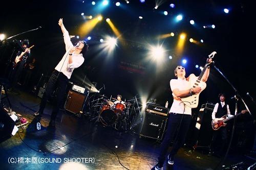 ヒダカトオルが加入し、バンド名が大文字表記の「MONOBRIGHT」に (c)Listen Japan