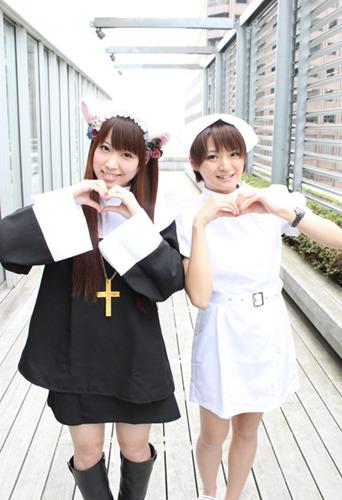 シスターエンジェル・ミク(左)と、ナースエンジェル・井澤詩織 (c)ListenJapan
