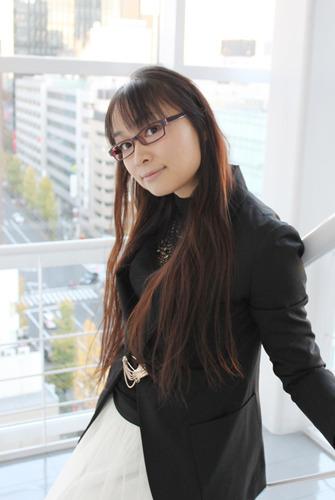 アニメに合わせ、眼鏡っ娘姿を披露している今井麻美 (c)ListenJapan
