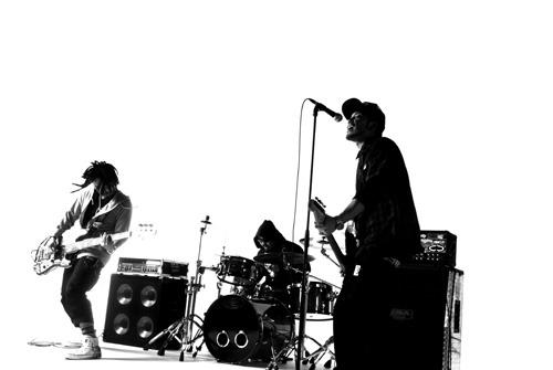 先日ドラムが脱退、SHiNNOSUKE(Vo/Gt) 、2RASH(Ba/Cho)の二人組となったROOKiEZ is PUNK'D (c)ListenJapan