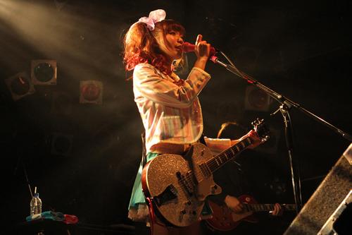 自身の21才の誕生日でもある1月10日にワンマンライブを開催した辻 詩音 (c)ListenJapan