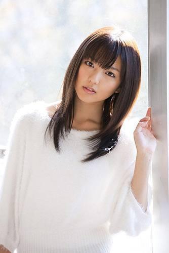 9thシングル「青春のセレナーデ」をリリースした真野恵里菜 (c)Listen Japan