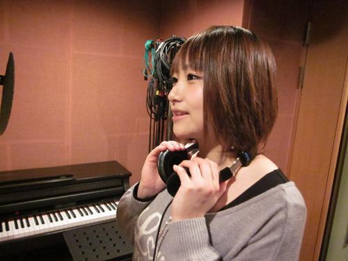 レコーディングを行う、第3巻メインキャスト・巽悠衣子さん (c)ListenJapan