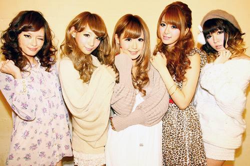 5人の人気読者モデルによるユニットLOVE to LOVE (c)Listen Japan