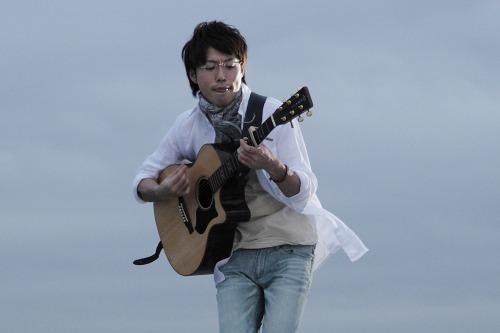 卒業生限定ライブを開催する高橋優 (c)Listen Japan
