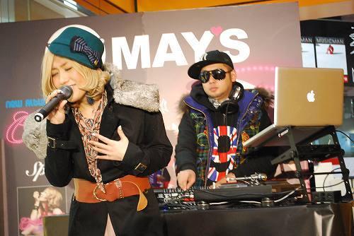 新作アルバム発売を受けインストアライヴを開催したMAY'S (c)Listen Japan