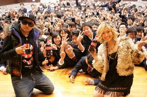 茨城県水戸市・水城高校でサプライズ・ライヴを行ったMAY'Sが記念撮影 (c)ListenJapan