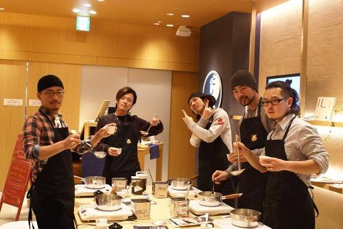 """都内にある「だしCafe」で""""だしの取りかた""""を習ったDezille Brothers (c)Listen Japan"""