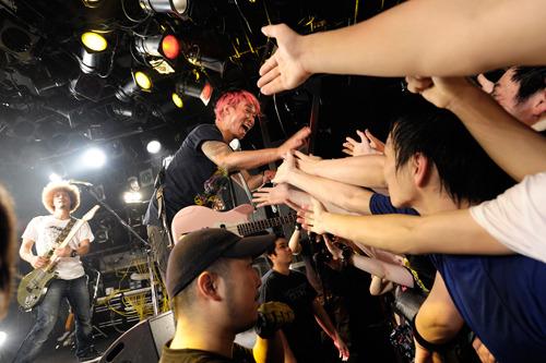 ファイナル公演で自身主催のビックフェスの開催を発表した難波章浩 (c)Listen Japan