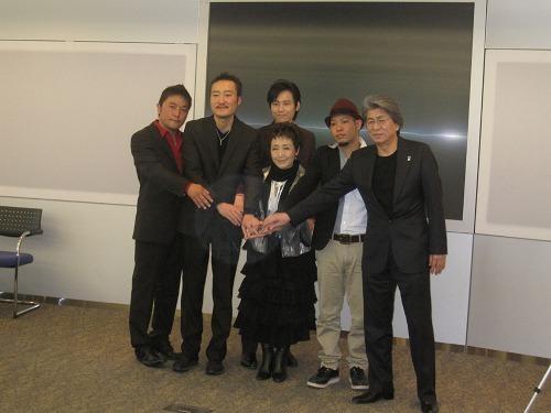 チャリティーコンサートを開催する加藤登紀子とゲストアーティスト (c)Listen Japan