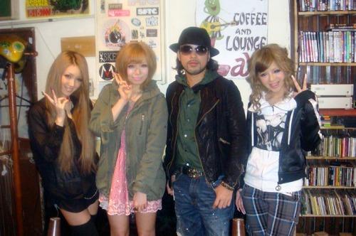 童子-T(中央右) with あいにゃん(中央左)、まにゃ(一番左)、gugu(一番右) (c)Listen Japan