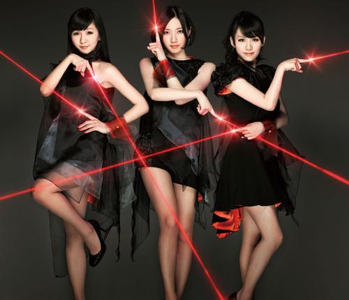 黒を基調とした妖艶な雰囲気を醸し出すPerfumeニューシングル初回盤ジャケット (c)Listen Japan