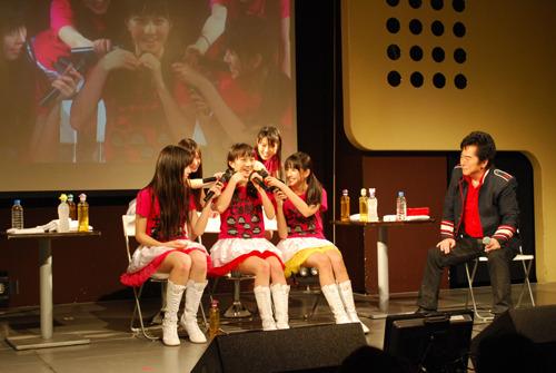 トークイベントにシークレットで登場した水木一郎と、ももいろクローバーZ (c)ListenJapan