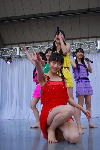 """""""ザンジバルナイト in 野音 2011""""にて、裸足で歌い踊るももいろクローバーZ (c)ListenJapan"""