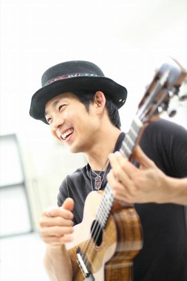 六本木ヒルズでチャリティー・ライヴを行うジェイク・シマブクロ (c)Listen Japan