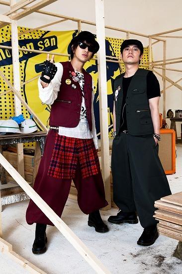 大工の仁さん、大工の岩さんによる謎のロックバンドThe fevers (c)Listen Japan