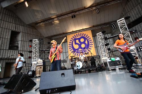 日比谷野外大音楽堂のステージ上で初のベストアルバム発売を発表したかりゆし58 (c)Listen Japan