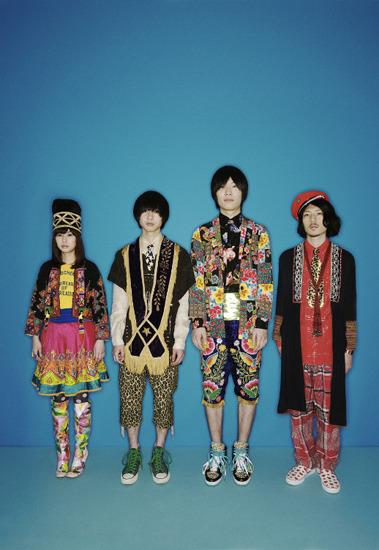 今までのバンドイメージとは異なった派手な衣装に身を包んだふくろうず (c)Listen Japan