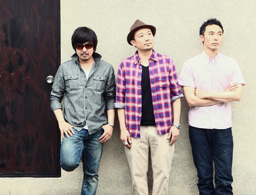 自身が所属するレーベル主催のチャリティーイベントに出演するFRONTIER BACKYARD (c)Listen Japan