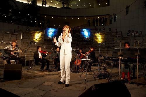 震災チャリティーライブを東京オペラシティサンクンガーデンで開催した中村あゆみ (c)Listen Japan