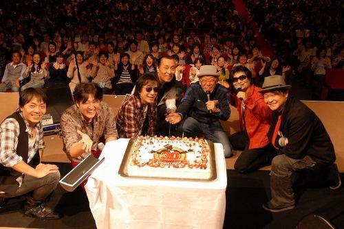 スターダスト・レビュー30周年記念ツアー・中野サンプラザ公演でファンからお祝いケーキのプレゼント (c)Listen Japan