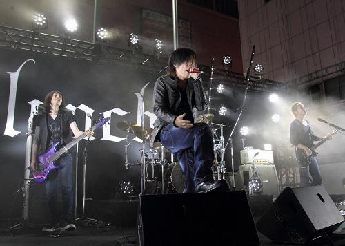 新宿・歌舞伎町シネシティ広場でフリーライヴを開催したlynch. (c)Listen Japan