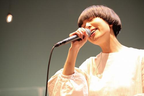 『100万人のキャンドルナイト』の特設ステージに出演するSalyu (c)Listen Japan