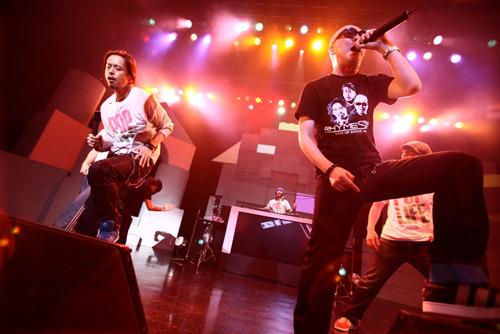 ツアー・ファイナル公演でサマー・アルバムの発売を発表したRHYMESTER (c)Listen Japan